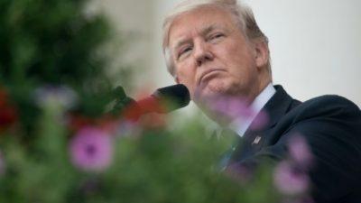 Trump rinde homenaje tardío a víctimas del ataque racista en EEUU