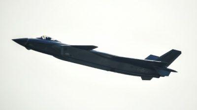 Unos cazas chinos interceptan un avión militar de EEUU.