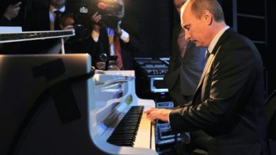 Putin sorprende en Pekín tocando el piano a la espera del presidente chino