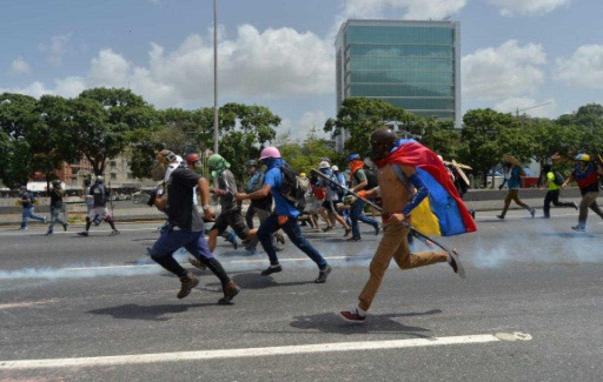 La oposición desafía a militares, principal sostén de Maduro en Venezuela