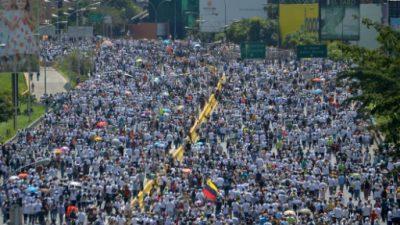 La oposición marcha en Venezuela tras anunciar escalada de protestas
