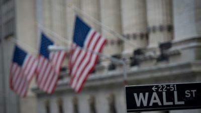 Wall Street resiste caída del crudo y cierra con leve alza