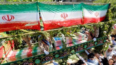 Una inmensa multitud asiste a funerales de las víctimas de atentados en Irán