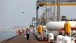 El petróleo baja a causa del huracán Harvey