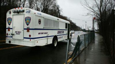 El alcalde de NY presenta un plan para cerrar la prisión de Rikers Island