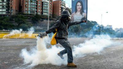 Oposición vuelve a marchar en Venezuela entre gases lacrimógenos