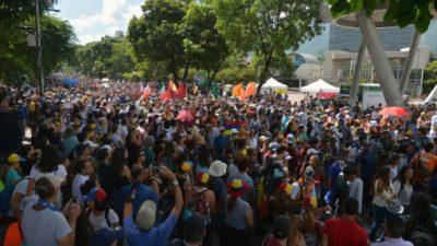 """Estudiantes opositores marchan para exigir cese de """"censura"""" en Venezuela"""