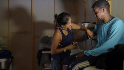 """""""Enfermeros"""" de las FARC en Colombia quieren cambiar fusiles por batas blancas"""