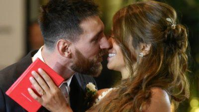 Messi y Roccuzzo celebraron su casamiento con un beso frente a las cámaras
