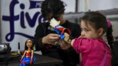 Niños superhéroes en Colombia gracias a prótesis de impresión 3D