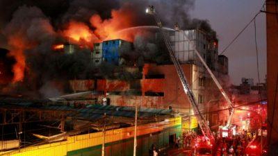 Cuatro desaparecidos y ocho heridos tras voraz incendio en un edificio en Lima