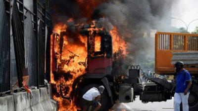 Opositores venezolanos trancaron calles en repudio por muerte de manifestante