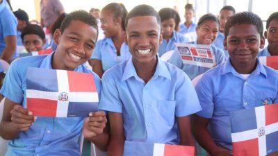 Estudiantes de Los Alcarrizos impresionados y felices; reciben moderno liceo