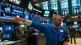 Wall Street, en leve baja por los opacos resultados de las empresas