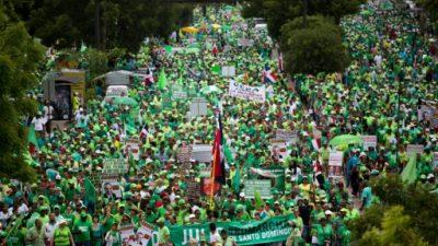 Miles de dominicanos marchan contra corrupción y piden procesar al presidente