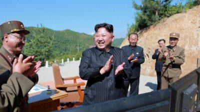 Militares norcoreanos exponen a Kim plan para disparar misiles cerca de Guam (agencia)