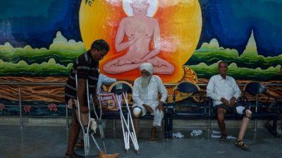 Las prótesis de bajo costo que vuelven a poner en pie a amputados en India