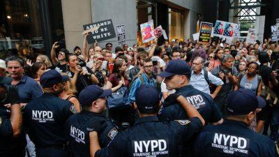 Manifestantes denuncian primera visita de Trump a su casa en Nueva York
