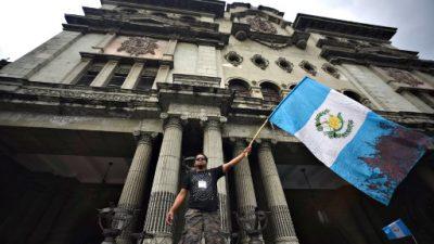 Maestros guatemaltecos piden mejoras en educación en medio de crisis política