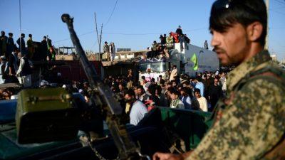Talibanes y el grupo EI, acusados de matar a 50 civiles en Afganistán