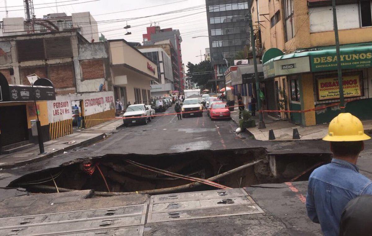 Lluvias por tormena tropical provocan inédito socavón en Ciudad de México
