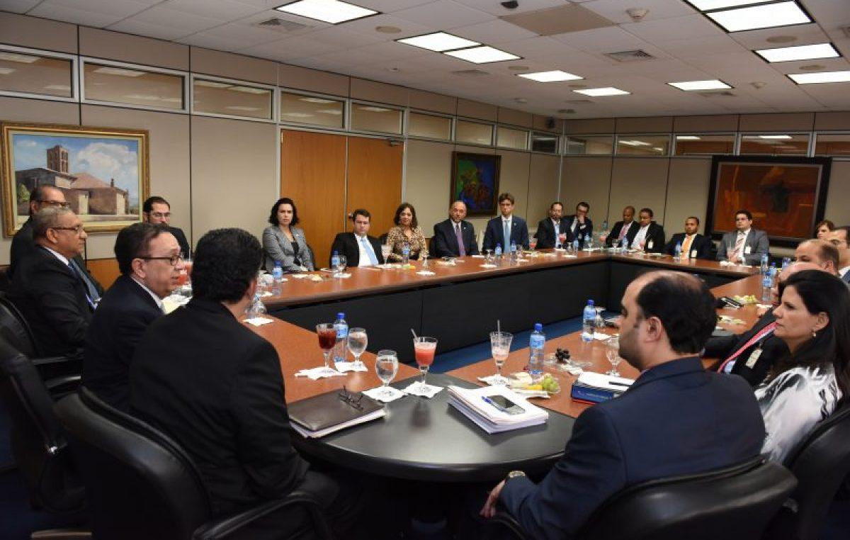 RD: Gobernador Valdez Albizu explica a tesoreros de  bancos comerciales medidas de flexibilización monetaria