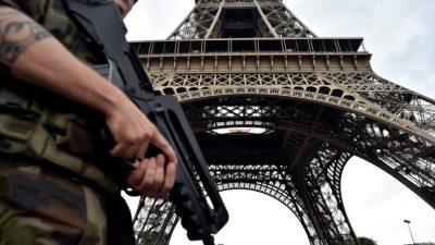 El hombre detenido con cuchillo en la Torre Eiffel quería atacar a un militar