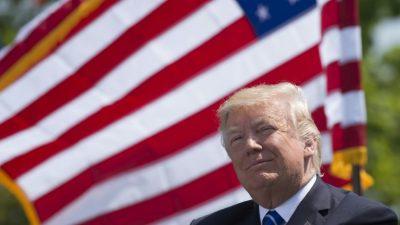 """Trump trabaja """"duro"""" en vacaciones y celebra su """"fuerte apoyo"""" político"""