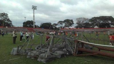 Un menor muere al desplomarse una torre en un estadio boliviano