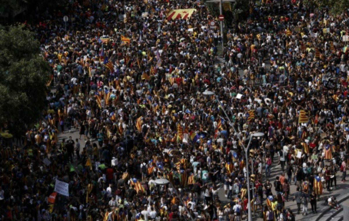 Miles de estudiantes defienden el referéndum en Cataluña