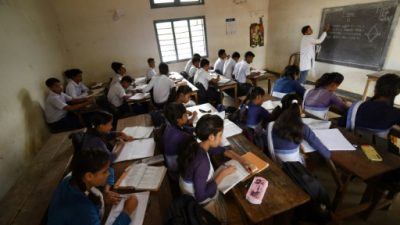 Millones de niños van a la escuela pero no aprenden, afirma el Banco Mundial